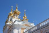 Golden domes and decoration of Peterhof Grand Palace against the bright sky — Stock Photo