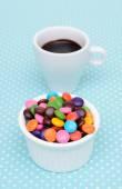 Varm choklad och färgglada godis — Stockfoto