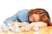 Unavená žena myšlení a psaní — Stock fotografie