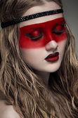 Femme avec du maquillage art rouge — Photo