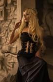 žena v černých šatech — Stock fotografie
