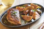 Roasted duck breast with figs and rosemary — Stock Photo