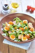 Holiday salad with salmon, quail eggs, cherry tomatoes and red caviar — 图库照片