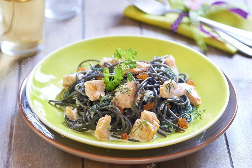 смешной черные спагетти с красной рыбой высыпания (сыпь)
