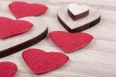 Валентина ткани и деревянные сердца на фоне деревянные — Стоковое фото