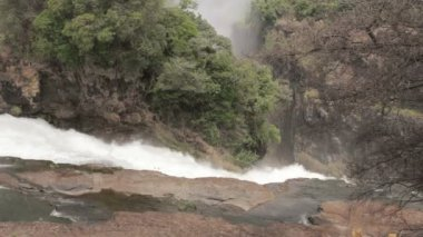 Les chutes de Victoria dans la brume de l'eau — Vidéo