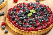 Fruit tart dessert with raspberries blackberries and cranberries — Stock Photo
