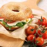 Mozzarella peyniri, domates, pesto ile sandviç — Stok fotoğraf #54705937