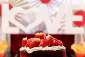 Red velvet cake with strawberries and inscription love in the ba — 图库照片