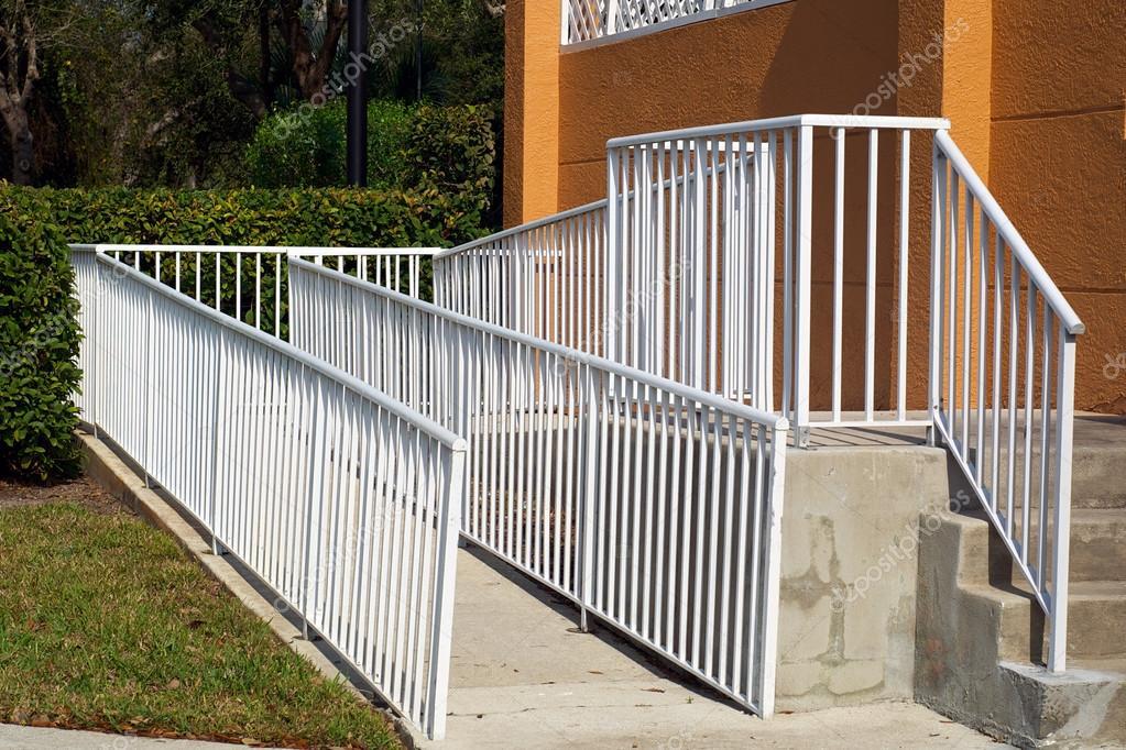 Rampa di handicap con inferriata bianca foto stock for Piani di handicap