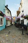 Empty cobbled street decorated with Union Jack bunting — Foto Stock