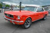 A red classic Ford Mustang cabriolet  — Stockfoto