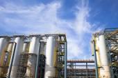 Planta industrial química contra o céu azul — Foto Stock