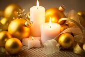 Weihnachten kerzen hintergrund mit glitter und kugeln — Stockfoto