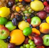 Bakgrund av frukter med vattendroppar - färska och organiska — Stockfoto