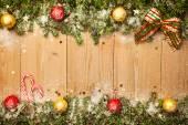 Vánoční pozadí s firtree, bonbony a hrátky se sněhem — Stock fotografie