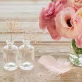 Bodegón vintage con flores de color rosa en un florero con fearher y — Foto de Stock