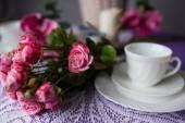 Кубок с букетом цветов — Стоковое фото