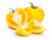 Amarillas enteras y en rodajas tomates — Foto de Stock
