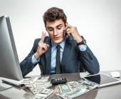 Sukcesy biznesmen rozmawia przez telefon podczas pracy z komputerem Pc i kalkulator — Zdjęcie stockowe