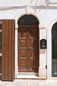 Wooden door. Fasano. Puglia. Italy. — Foto de Stock