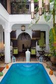 Geleneksel Yüzme Havuzu ile klasik Fas riad iç — Stok fotoğraf