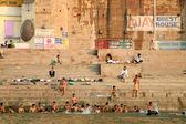 Hindu pilgrims take bath and pray in India — Stockfoto