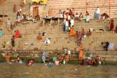Hindu pilgrims take bath and pray in India — Stock Photo