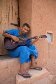 Moroccan man musician playing guitar, Morocco — Stock Photo