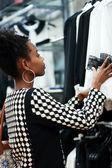 Africká dívka nakupování — Stock fotografie