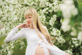 Beautiful pregnant woman outdoor — Stock Photo