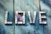 Palavra amor de dominó de madeira — Fotografia Stock