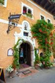 Casa de huéspedes típico cubierto con plantas de flor en hallstatt vill — Foto de Stock