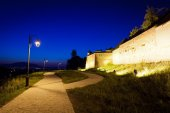 "Alley arround old fortress ""Cetatuia"" illuminated at night, Bras — Stock Photo"