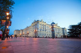 Royal palace with tourists on a spring night in Madrid — Stok fotoğraf