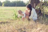 Mère et son bébé à l'extérieur — Photo