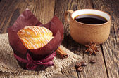 Tasty muffin and coffee cup — Stock Photo