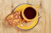 Fresh bun and tea  — Stock Photo