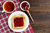 Toast with jam and tea — Stock Photo
