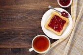 Tea and toast with jam — Stock Photo