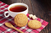 Tea cup with oatmeal cookie — Stock Photo