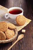 Oatmeal cookie and cup of tea — Stock Photo