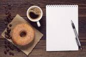 Anteckningar och kaffe med donut — Stockfoto