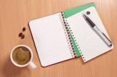 Café y lápiz cuaderno abierto — Foto de Stock