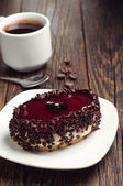 Cake with cherry jelly and coffee — Stockfoto