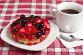 Coffee and cake with currants — Stock Photo