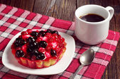 Coffee and cake with berries — Stock Photo