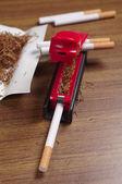 Rullande maskin och cigaretter — Stockfoto