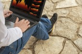 Man working with PC outdoors — Stockfoto