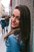 Sokakta genç kadın — Stok fotoğraf